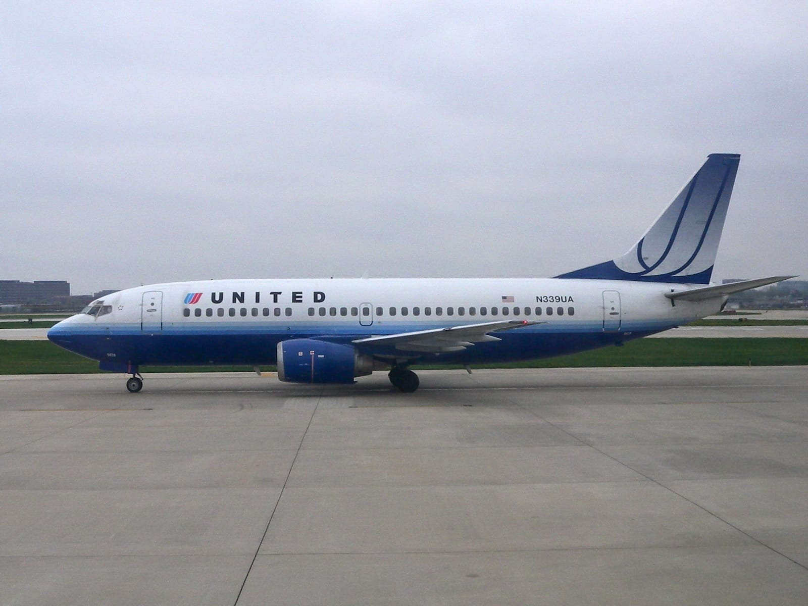 A United Airlines plane; image by Cliff (originally posted to Flickr as United Airlines), CC BY 2.0, via Wikimedia Commons, no changes.