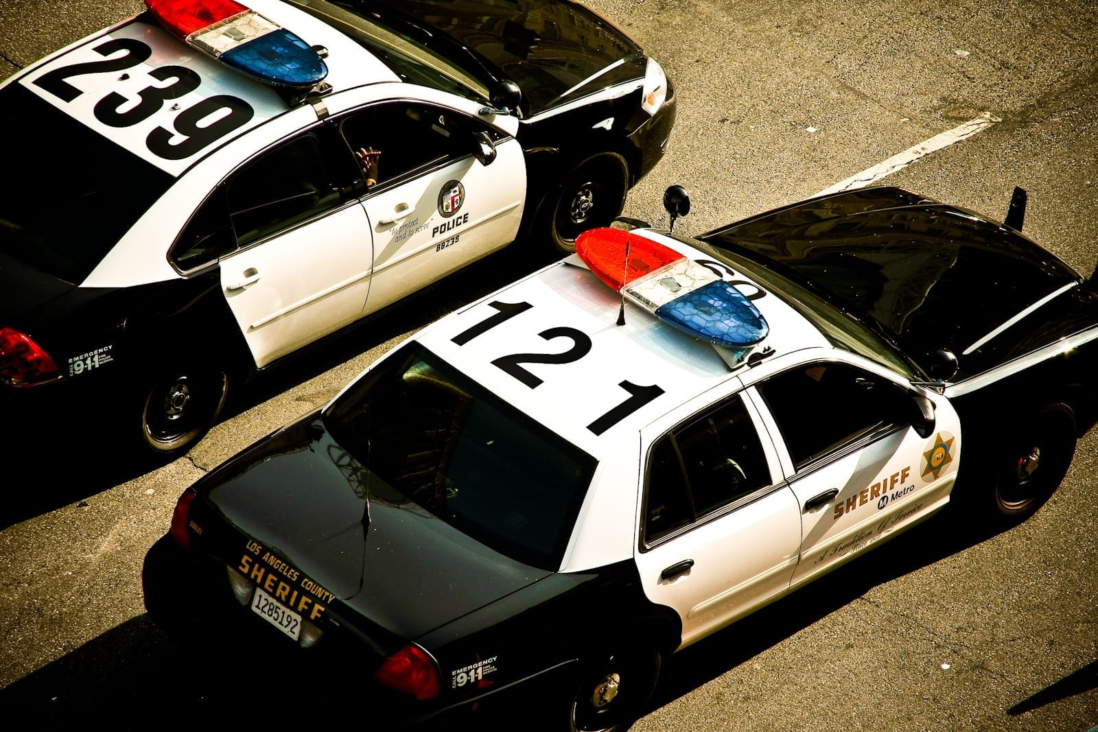 Police cars of the Los Angeles County Sheriff: image by James (Flickr: Old and new police cars), CC BY 2.0, via Wikimedia Commons, no changes.