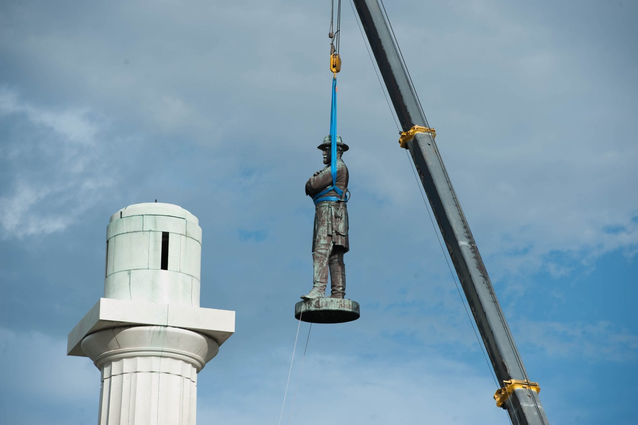 Robert E. Lee statue being removed; image by Abdazizar (Own work), CC BY-SA 4.0, via Wikimedia Commons, no changes.