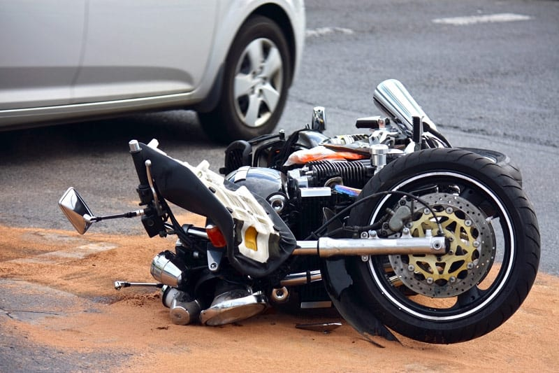 A fallen motorcycle. Image via Wikimedia Commons/user: Optimal claim. (CCA-BY-4.0).