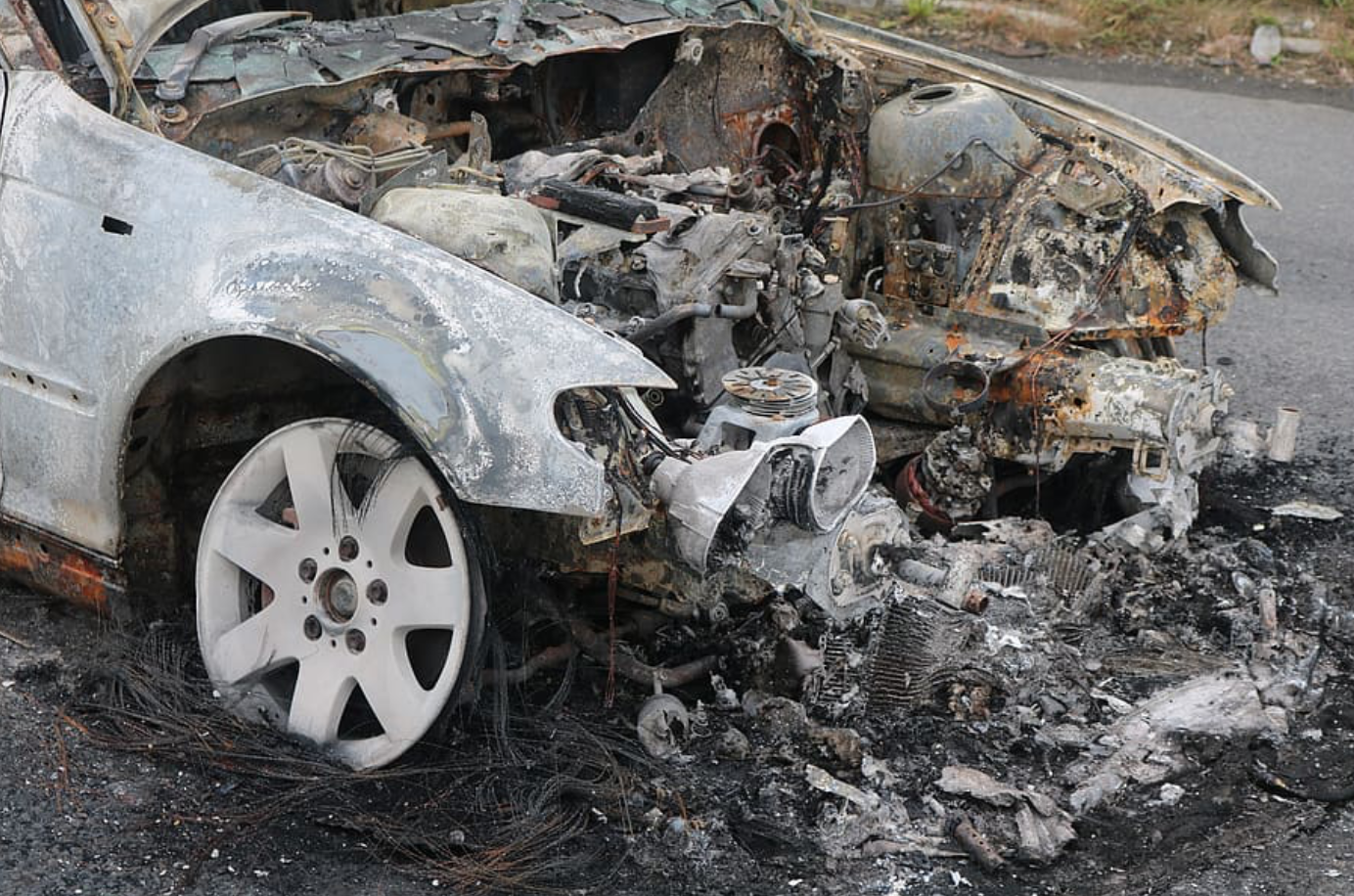 Side view of front end of vehicle after crash and fire; image by Jan2575, via Pixabay.com.