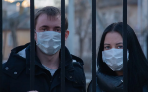 Individuals wearing masks during coronavirus outbreak; Image via Pixabay. Public domain.