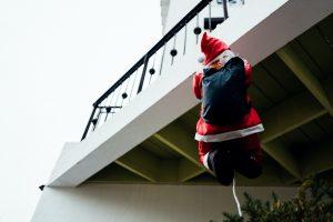 Peruvian Police Dressed as Santa, Elf Arrest Drug Dealer